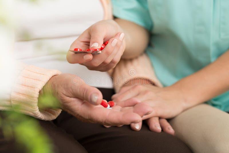 Paciente mayor que toma píldoras fotos de archivo libres de regalías