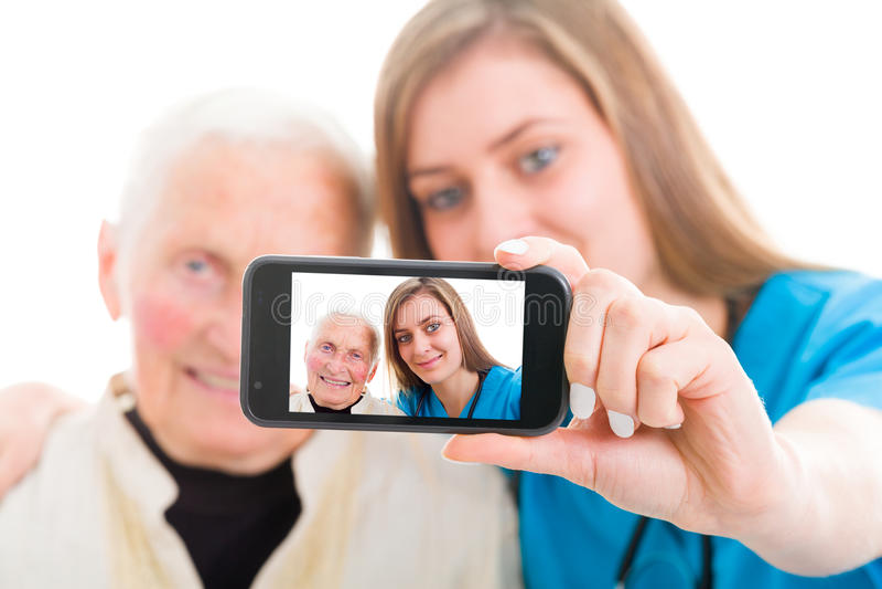 Paciente mayor y autorretrato joven del doctor fotos de archivo libres de regalías