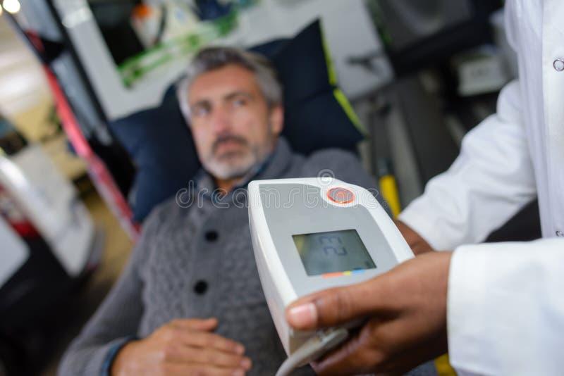 Paciente na ambulância fotografia de stock