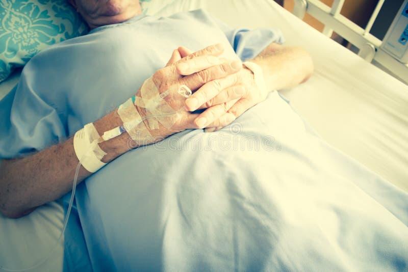 Paciente na cama e em ter de hospital a gota da solução do Iv foto de stock