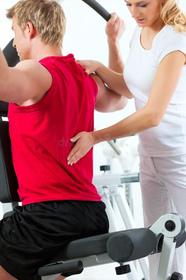 Paciente na fisioterapia fotos de stock royalty free