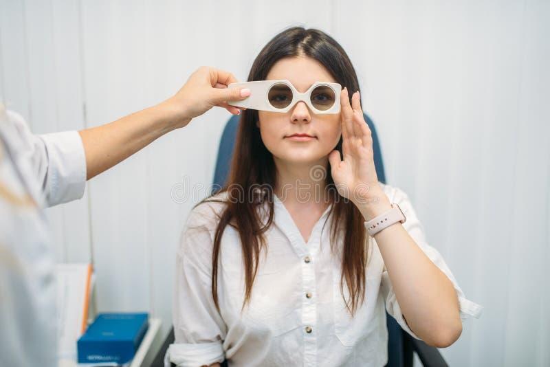 Paciente no diagnóstico da visão, armário do ótico imagens de stock