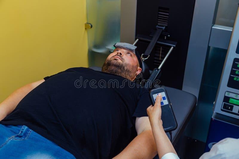 Paciente no tratamento não-cirúrgico da espinha cervical no centro médico imagens de stock royalty free