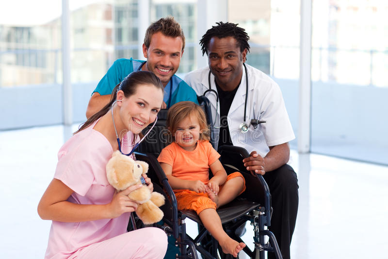 Download Paciente Pequeno Com Equipa Médica Foto de Stock - Imagem de menina, pediatrician: 10067110