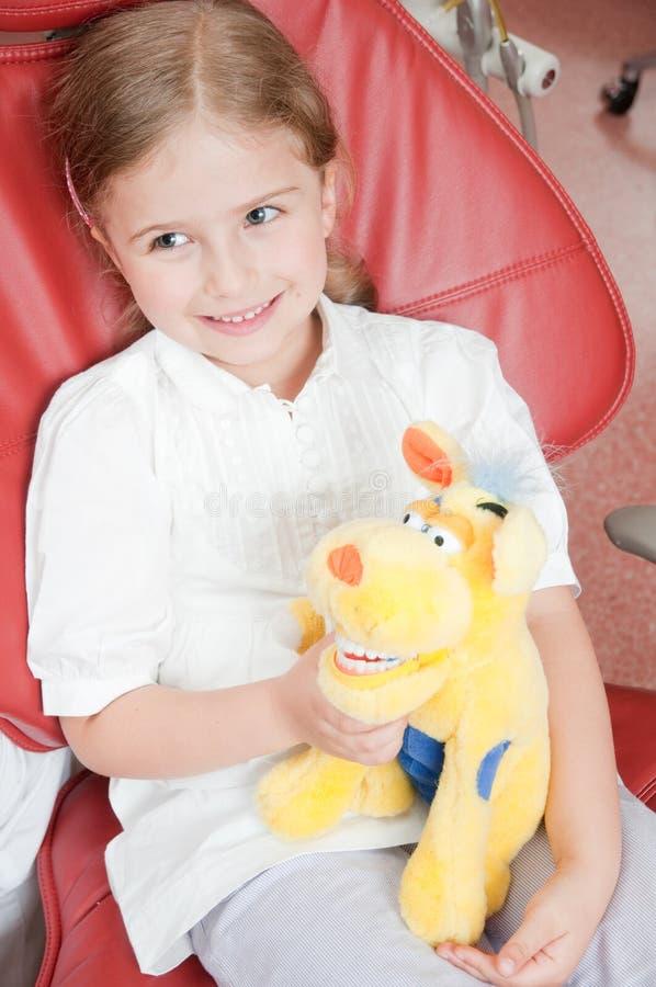 Paciente pequeno no dentista fotografia de stock