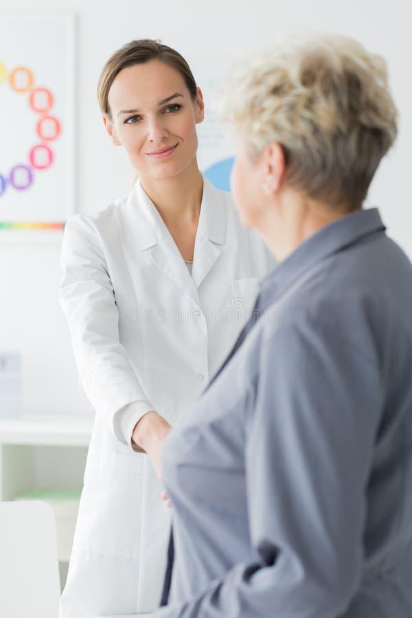 Paciente que agradece à dietista de sorriso foto de stock