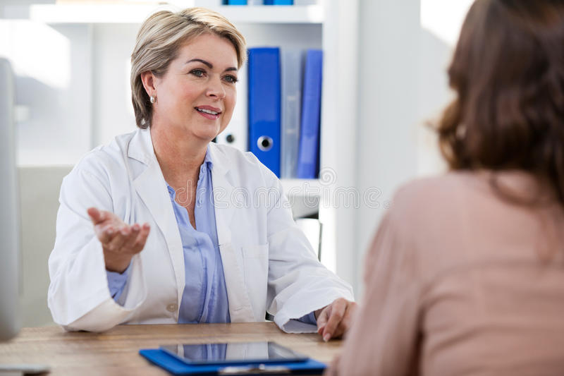 Paciente que consulta um doutor fotografia de stock royalty free