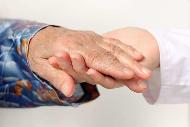 Paciente que cuida del doctor fotos de archivo libres de regalías