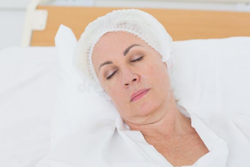 paciente que duerme en la cama fotografía de archivo
