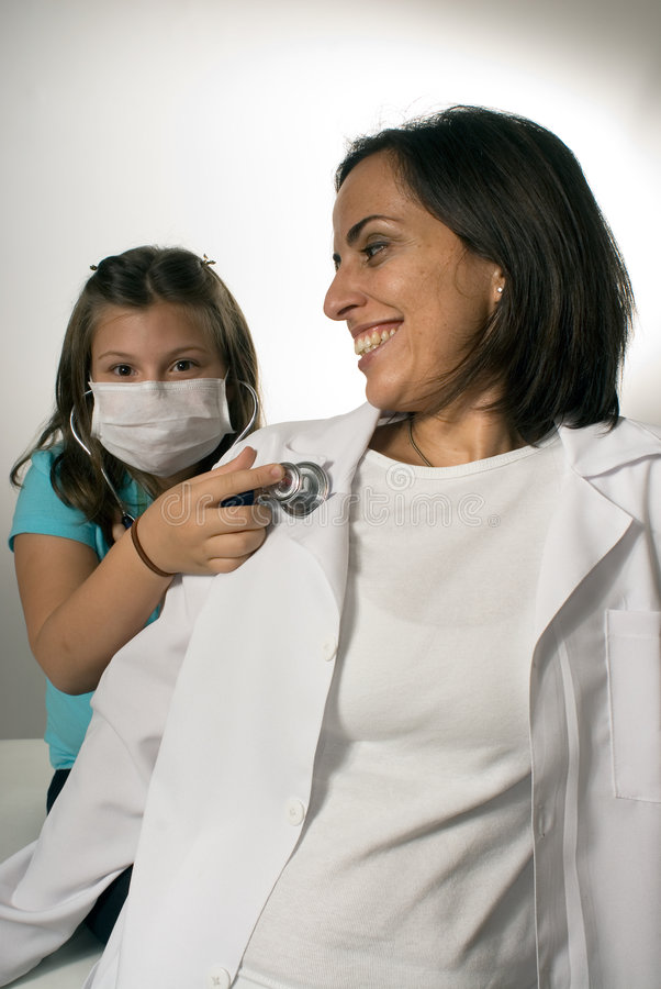 Paciente que escucha Latido del corazón-Vertical del doctor fotografía de archivo libre de regalías