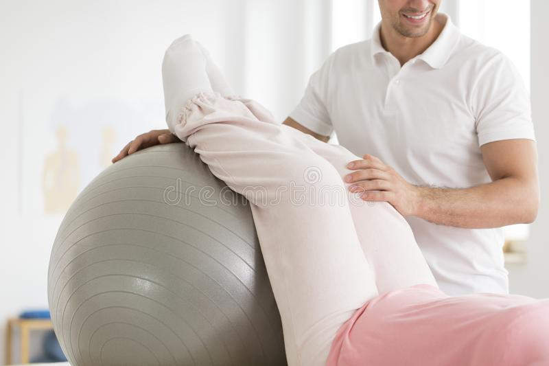 Paciente que exercita com bola de prata foto de stock