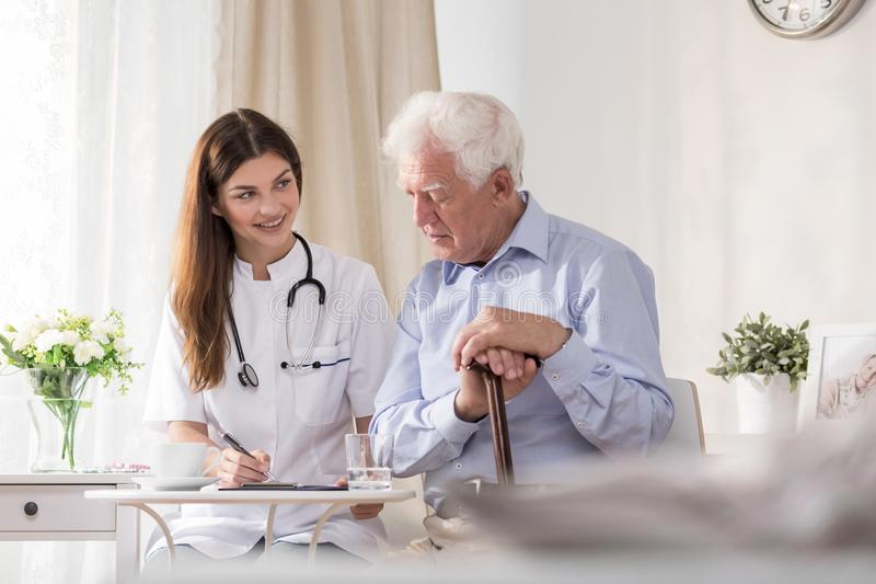 Paciente que fala à enfermeira da comunidade fotografia de stock royalty free