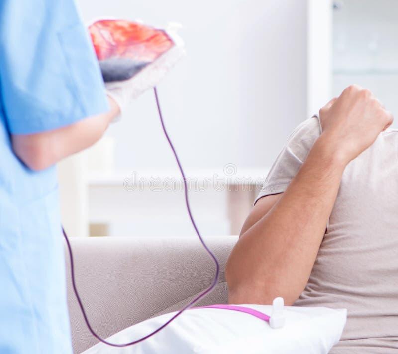 Paciente que obt?m a transfus?o de sangue na cl?nica do hospital imagem de stock royalty free