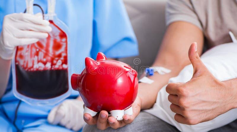 Paciente que obt?m a transfus?o de sangue na cl?nica do hospital foto de stock royalty free