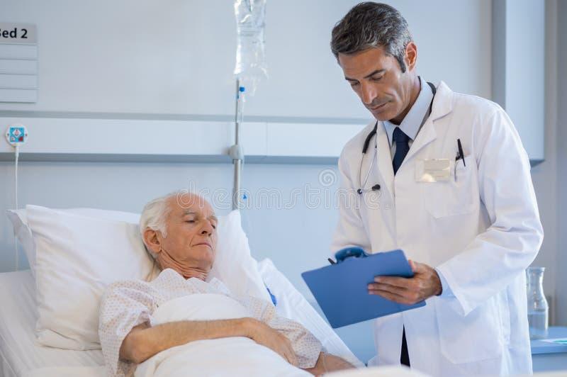Paciente que visita del doctor mayor fotos de archivo libres de regalías