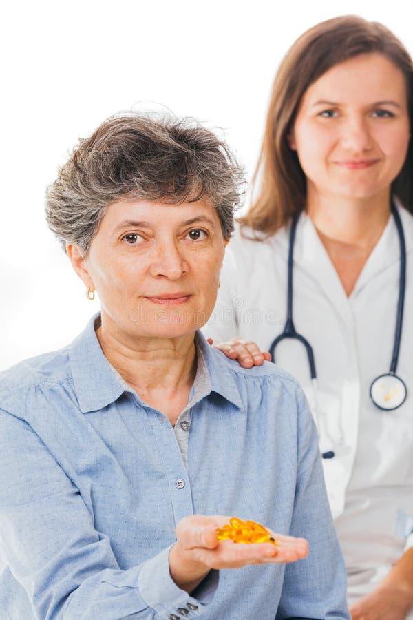 Paciente relajado que sostiene píldoras imagen de archivo