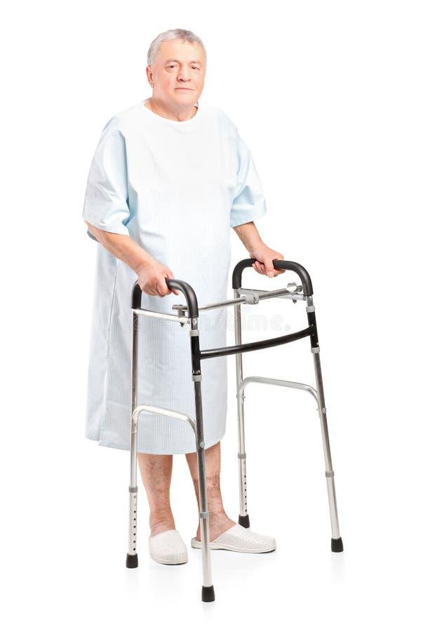 Paciente sênior que usa um caminhante imagens de stock