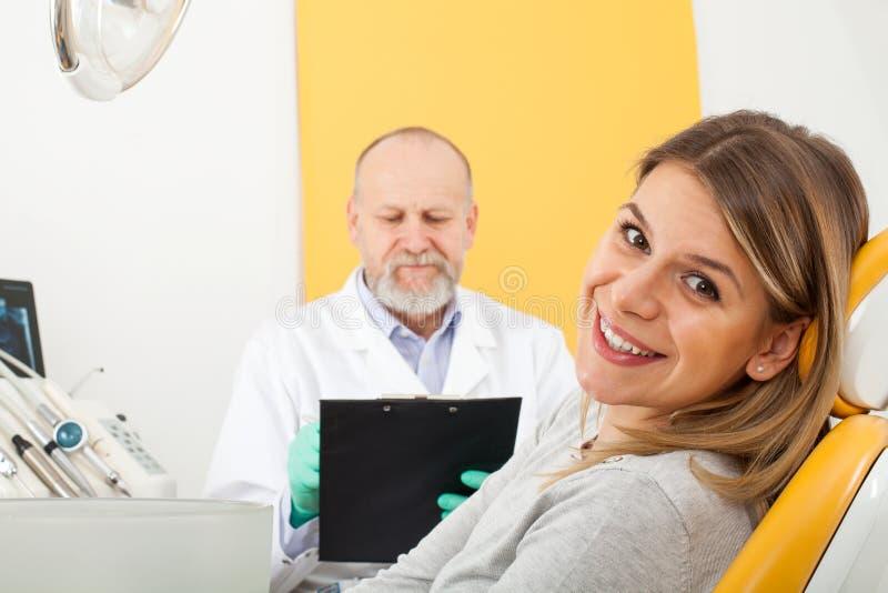 Paciente sonriente en la oficina del dentista imagen de archivo libre de regalías