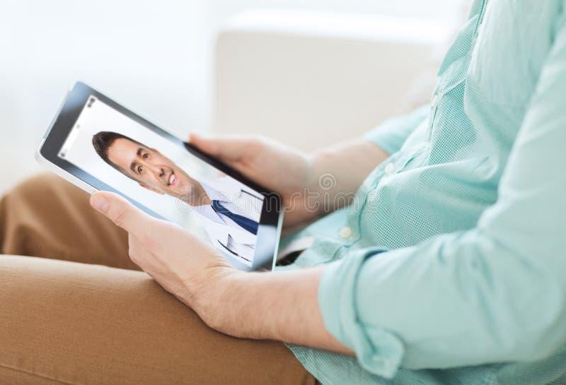 Paciente tendo o bate-papo video com o doutor no PC da tabuleta fotografia de stock royalty free