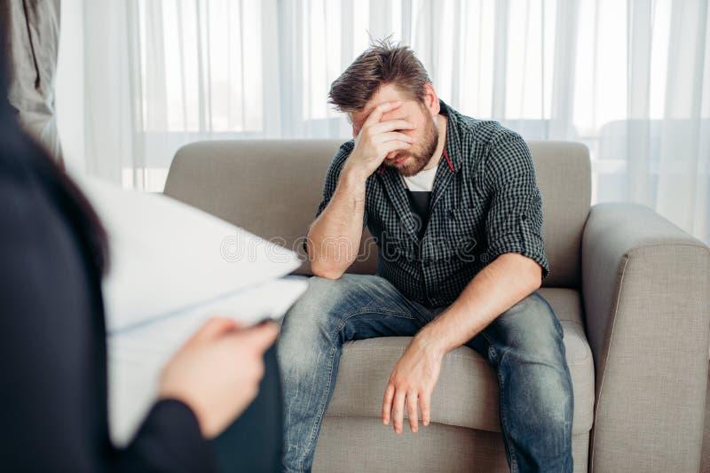 Paciente triste en el psicólogo, ayuda de la psicología imágenes de archivo libres de regalías