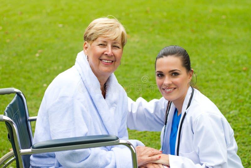 Paciente y enfermera de Seniro imagen de archivo libre de regalías