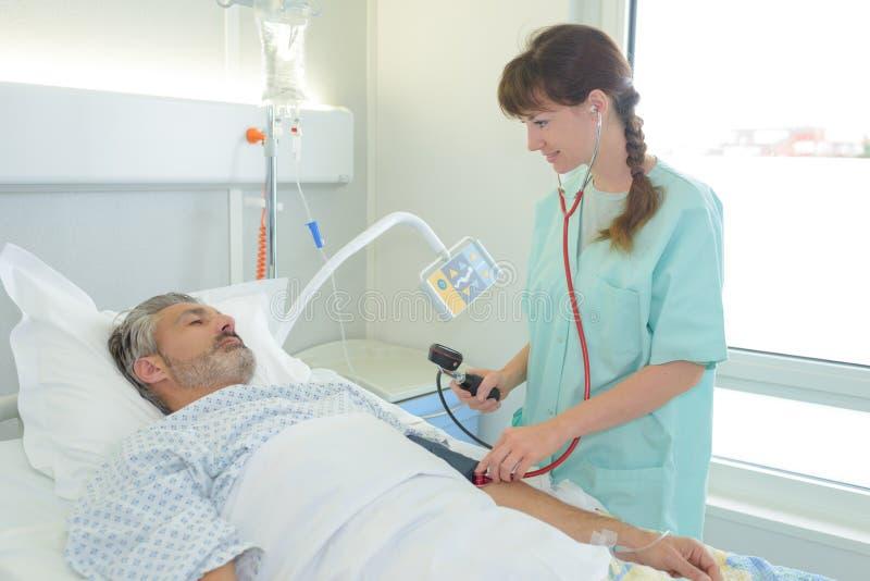 Paciente y enfermera enfermos en hospital imágenes de archivo libres de regalías