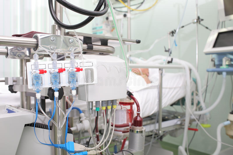 Pacientes gravemente doentes na unidade de cuidados intensivos foto de stock