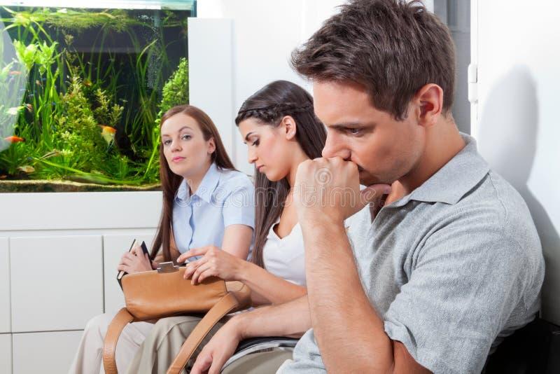 Pacientes na sala de espera do doutor fotografia de stock royalty free