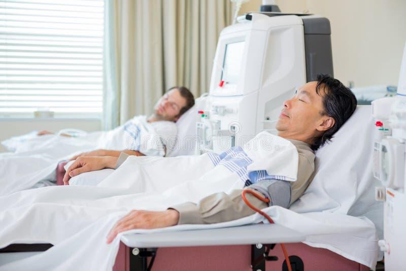 Pacientes que reciben diálisis renal fotografía de archivo