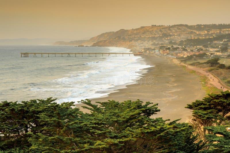 Pacifica Coastline avec les cieux fumeux après le feu de Napa photographie stock