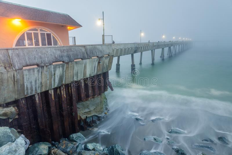 Pacifica Municipal Pier dans le brouillard épais et la marée haute photos stock