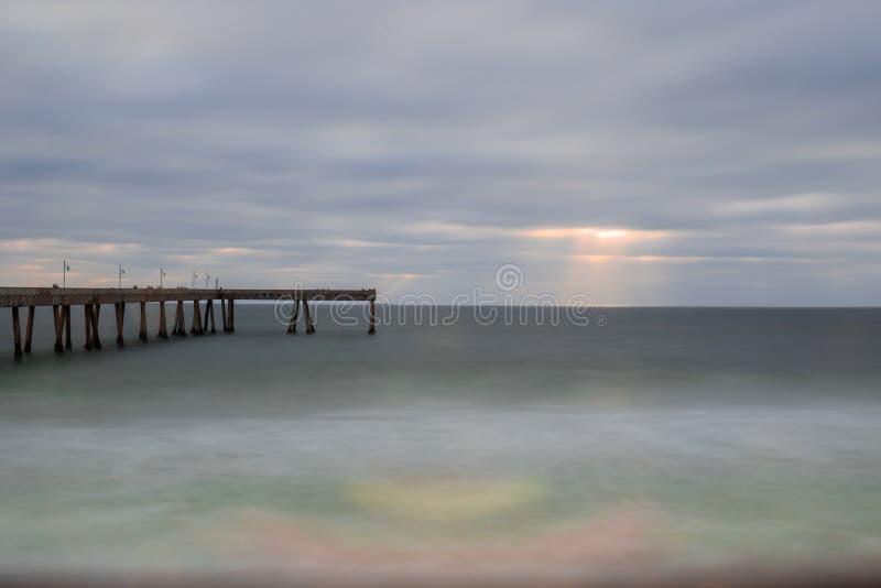 Pacifica Municipal Pier Sun Rays arkivbilder