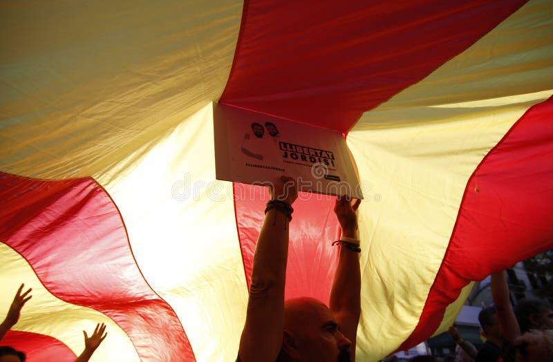 Pacificamente protesta contro gli arresti di due capi catalani del separatista e richiedere la loro liberazione immagine stock