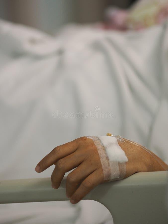 Pacjenci śpią zasolony przy szpitalnymi wardcloseup ręki pacjentami śpią zasolony przy szpitalnym oddziałem fizyczny egzamin przy zdjęcia royalty free
