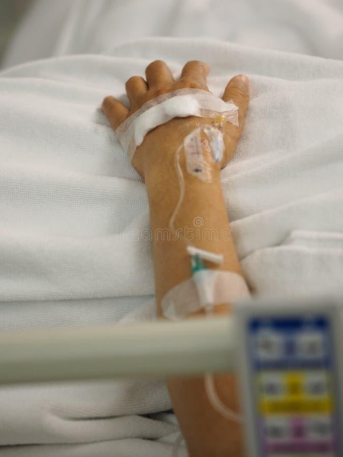 Pacjenci śpią zasolony przy szpitalnymi wardcloseup ręki pacjentami śpią zasolony przy szpitalnym oddziałem fizyczny egzamin przy obrazy royalty free
