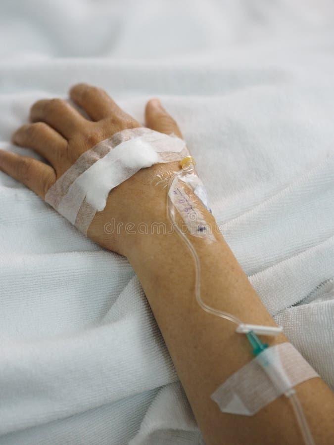 Pacjenci śpią zasolony przy szpitalnymi wardcloseup ręki pacjentami śpią zasolony przy szpitalnym oddziałem fizyczny egzamin przy zdjęcie stock