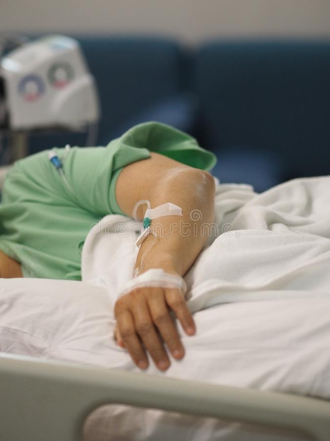 Pacjenci śpią zasolony przy szpitalnymi wardcloseup ręki pacjentami śpią zasolony przy szpitalnym oddziałem fizyczny egzamin przy obraz royalty free