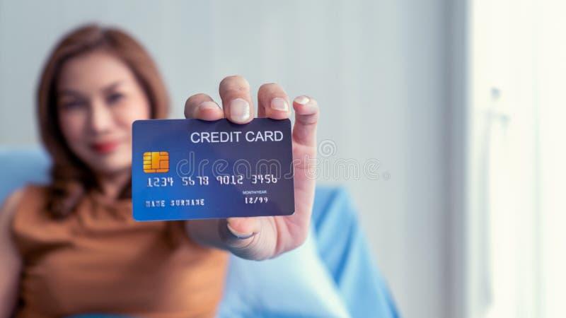 Pacjenci dostarczają karty kredytowe ubezpieczenia zdrowotnego I wypadki szpitalne obraz stock