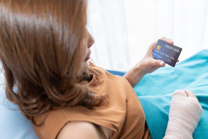 Pacjenci dostarczają karty kredytowe ubezpieczenia zdrowotnego I wypadki szpitalne fotografia stock