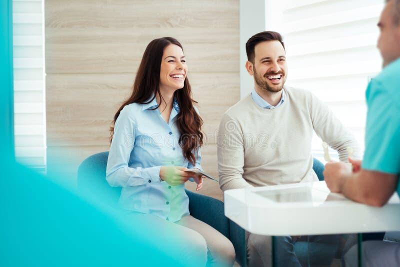 Pacjenci konsultuje dentysty przy stomatologiczną kliniką obraz stock