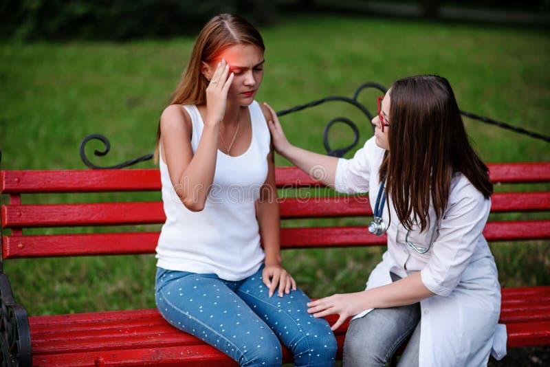 Pacjenci martwią się o surowych migrenach troskliwa lekarka lub nu zdjęcia royalty free