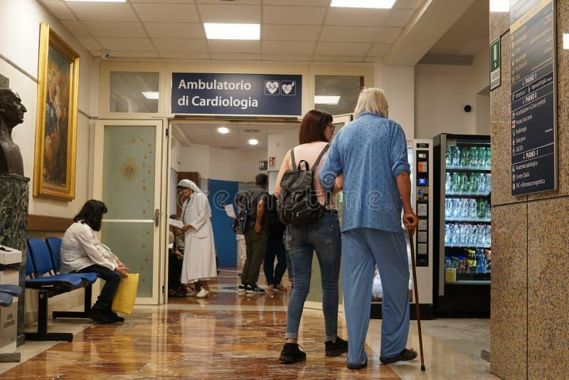 Pacjenci w szpitalnej poczekalni obraz royalty free