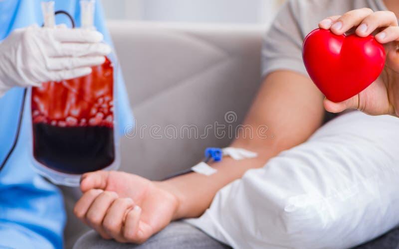 Pacjent dostaje krwiono?nego przetaczanie w szpitalnej klinice obrazy royalty free