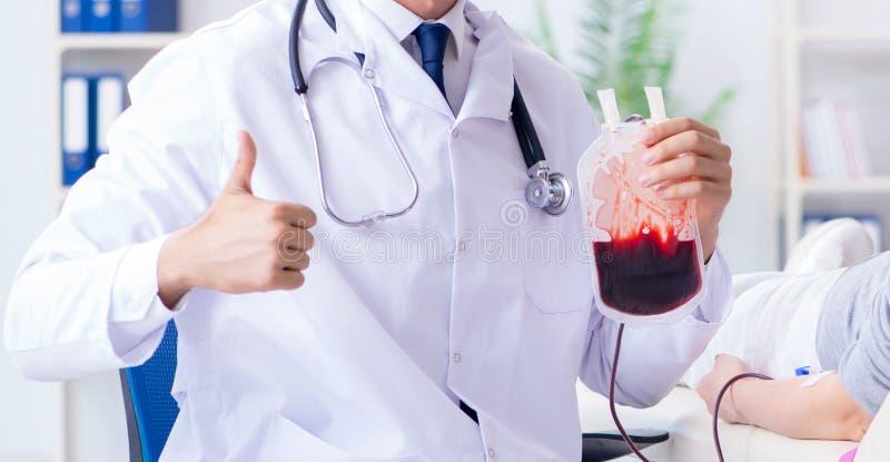 Pacjent dostaje krwiono?nego przetaczanie w szpitalnej klinice obraz royalty free