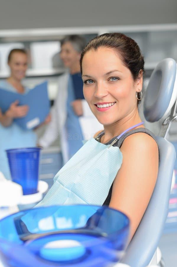 Pacjent na krzesło stomatologicznej operaci dentysty asystencie zdjęcia stock