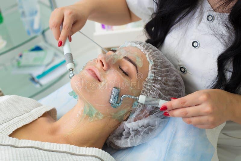 Pacjent otrzymywa procedurę Darsonvald Jego twarz maże z gel obraz royalty free