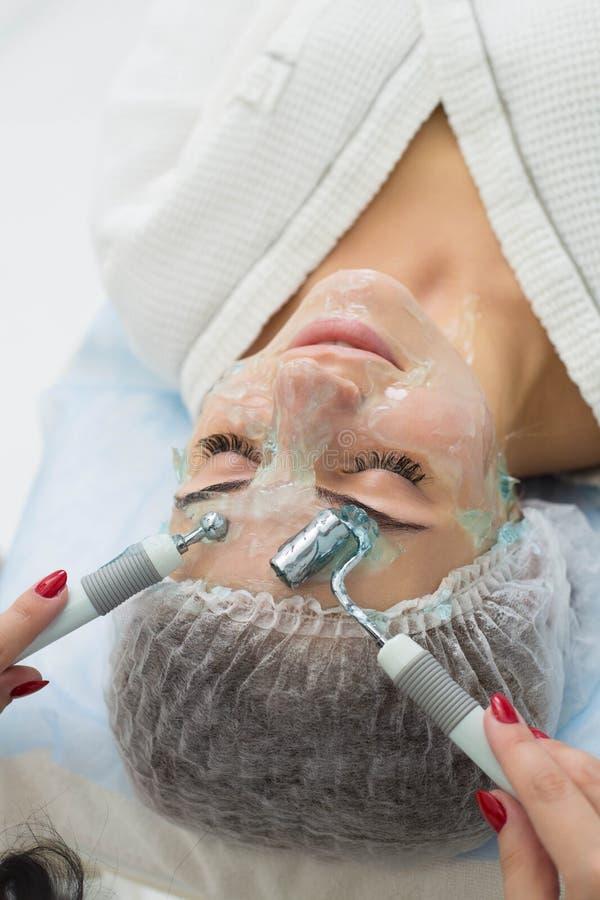 Pacjent otrzymywa procedurę Darsonvald Jego twarz maże z gel zdjęcie stock