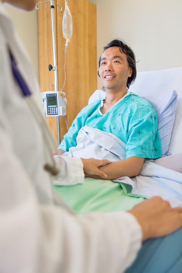Pacjent Pociesza lekarką Na łóżku obraz royalty free
