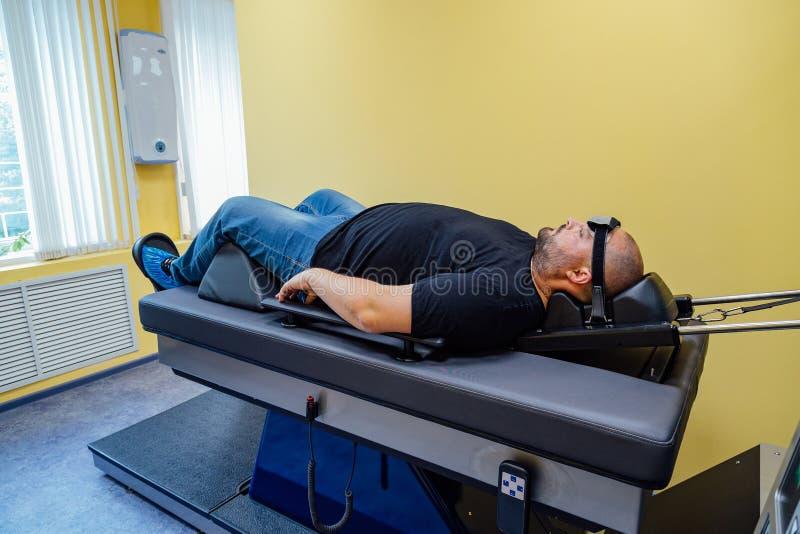 Pacjent przy chirurgicznie traktowaniem karkowy kręgosłup w centrum medycznym fotografia royalty free