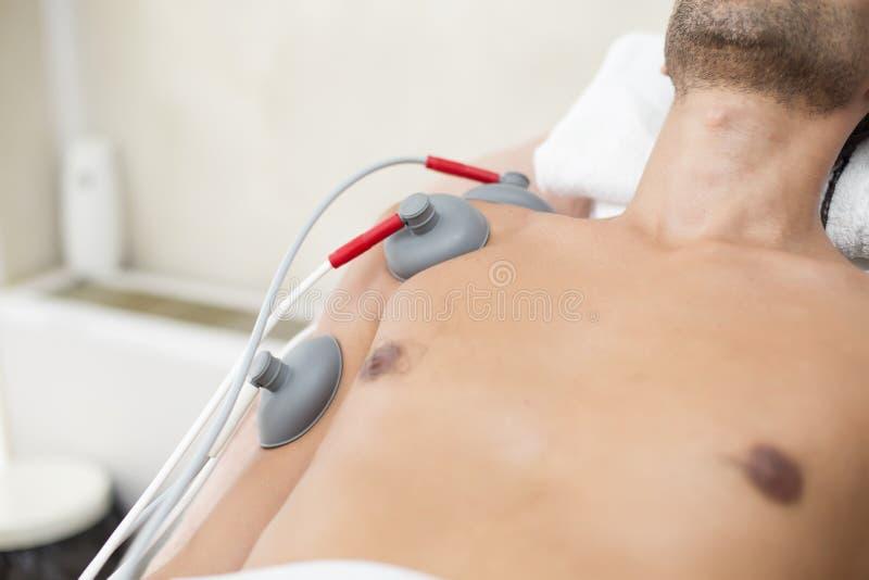 Pacjent przy fizjoterapią obraz royalty free